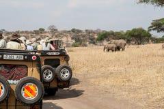 Safaritouristen, die Elefanten von Jeep (1) überwachen Lizenzfreies Stockbild
