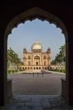 Safdarjung gravvalv som ses till och med båge i Delhi Royaltyfria Bilder