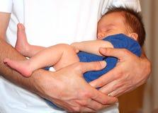 Safe in den Armen des Vaters Lizenzfreie Stockbilder
