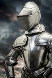 Safety.Medieval-Rüstung über Wolkenhintergrund. Konzept von firewal Lizenzfreie Stockfotos