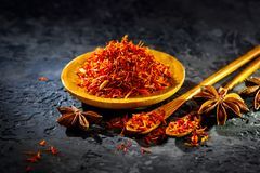 Saffraan Diverse Indische kruiden op zwarte steenlijst Kruid en kruiden op leiachtergrond royalty-vrije stock afbeeldingen