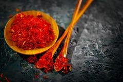 Saffraan Diverse Indische kruiden op zwarte steenlijst Kruid en kruiden op leiachtergrond cooking stock fotografie