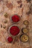 Saffraankruid in de antieke uitstekende gewichten van ijzerkommen op houten t stock fotografie