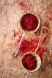 Saffraankruid in rustieke zeef op oude houten achtergrond stock foto's