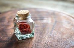 Saffran i lilla medicinflaskan Royaltyfria Foton