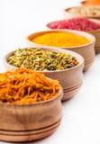 Saffran paprika, sumac, gurkmeja, paprika i en träbunke Royaltyfri Fotografi