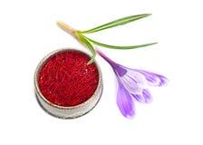 Saffran ?r en krydda som h?rledas fr?n den sativus blomman av krokus bakgrund isolerad white arkivfoton