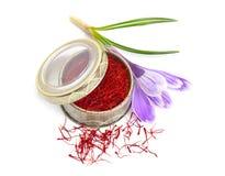 Saffran ?r en krydda som h?rledas fr?n den sativus blomman av krokus bakgrund isolerad white arkivbilder