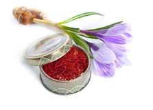 Saffran ?r en krydda som h?rledas fr?n den sativus blomman av krokus bakgrund isolerad white arkivfoto