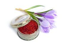 Saffran ?r en krydda som h?rledas fr?n den sativus blomman av krokus bakgrund isolerad white fotografering för bildbyråer