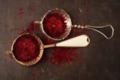 Saffrankryddatrådar och pulver i gammal sikt för tappning Fotografering för Bildbyråer