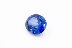 Safir på vit bakgrund, blåa safirblåttädelstenar, ädelsten, blått Arkivbild