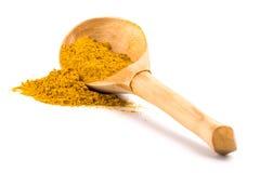 Safran des indes jaune sur la cuillère en bois Photos libres de droits