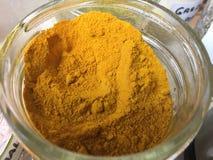 Safran des indes rectifié dans le maçon Jar Image libre de droits