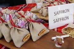 Safran sec dans des sacs de beauté sur un marché d'agriculteurs Bio shaffron Épice sèche de safran dans un sac et une fleur de sa photographie stock libre de droits