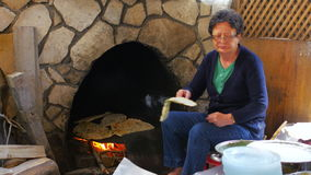 SAFRANBOLU, ΤΟΥΡΚΙΑ - ΤΟ ΜΆΙΟ ΤΟΥ 2015: γυναίκα που προετοιμάζει τα παραδοσιακά τρόφιμα, gozleme απόθεμα βίντεο