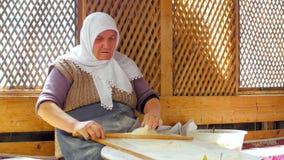 SAFRANBOLU TURKIET - MAJ 2015: kvinna som förbereder traditionell mat, gozleme arkivfilmer