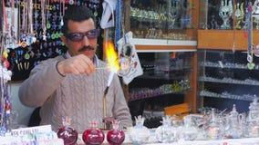 SAFRANBOLU, TURKIJE - MEI 2015: Glas het blazen mens het werken stock footage