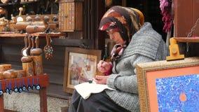 SAFRANBOLU, TURKIJE - MEI 2015: met de hand gemaakte ornamentmaker stock videobeelden