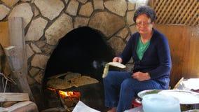 SAFRANBOLU, TURKIJE - MEI 2015: vrouw die traditioneel voedsel voorbereiden, gozleme stock video