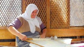 SAFRANBOLU, TURKIJE - MEI 2015: vrouw die traditioneel voedsel voorbereiden, gozleme stock videobeelden