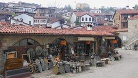 SAFRANBOLU, TURKIJE - MEI 2015: zilveren koperpotten en pannen stock videobeelden