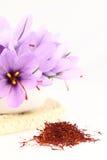 Safrangewürz und Safranblumen stockfotografie