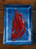 Safrangewürzpulver auf blauer Platte lizenzfreie stockfotografie