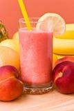 Saft der Mischfrucht, Pfirsich-frisch drückte zusammen Lizenzfreie Stockfotografie