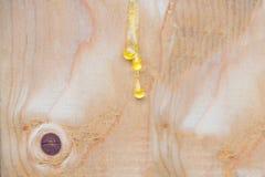 Saft, der oben vom Kiefernholzabschluß durchsickert Helle braune hölzerne Hintergrundbeschaffenheit und -tapete Hölzerner Hinterg lizenzfreie stockbilder