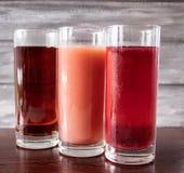 Saft in einem Glas auf einer dunklen Tabelle stockbild