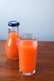 Saft in einem Glasgefäß auf dem Tisch Stockfoto