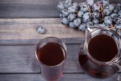 Saft im Krug und im Glas, Draufsicht der blauen Trauben Lizenzfreies Stockbild