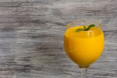 Saft-Seitenansicht Mango Lassi Smooothie stockfotos