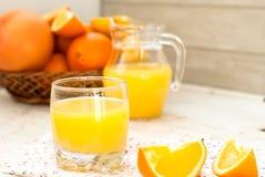 Saft und Orangen Lizenzfreie Stockfotografie