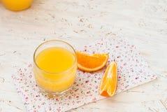 Saft und Orangen Lizenzfreie Stockfotos