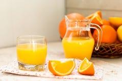 Saft und Orangen Lizenzfreie Stockbilder