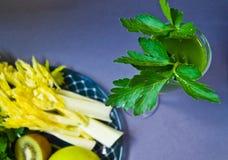 Saft von den reifen Äpfeln, Sellerie, Petersilie, Grün, geschmackvoll stockbild