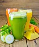 Saftgemüse in den Gläsern mit Gemüse Lizenzfreies Stockbild