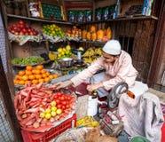 Safthersteller im indischen Fruchtshop Stockfotos
