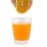 Saftig apelsin för handåtstramning Royaltyfria Foton