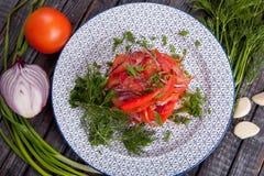 Saftig, för sommargrönsaksallad klipp från nya grönsaker och gräsplaner i en härlig portion på en trätabell royaltyfri foto