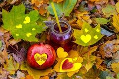 Saftig granatäpple med för snitt en hjärta och coctailar ut Arkivfoto