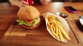 Saftig hamburgare med höna, pommes frites, sås och fruktsaft Smowmotion arkivfilmer