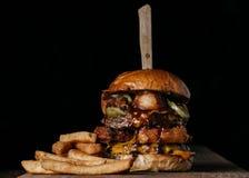 Saftig hamburgare med negativt utrymme runt om det Royaltyfria Foton