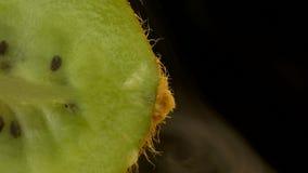 Saftig kiwi i snittet och röken, friskhet och fräckhet kommer från kiwin, närbilden, kopieringsutrymme, 4K arkivfilmer