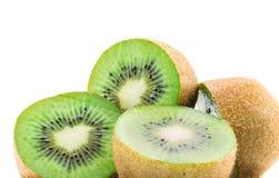 Saftig kiwi som isoleras på vit bakgrund Arkivfoton