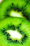 Saftig kiwi som skivas på vit Arkivfoto