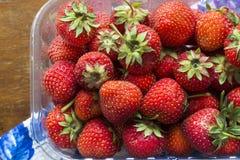 Saftig mogen jordgubbe på en tappningtabell royaltyfri bild