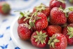 Saftig mogen jordgubbe på en vit platta Arkivbild